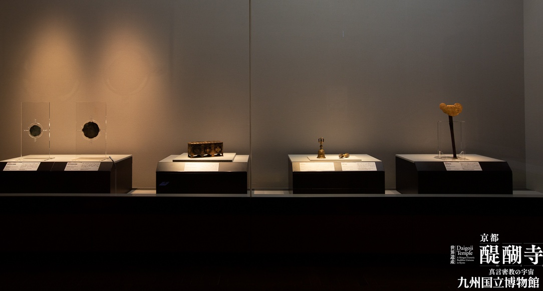 九国博の醍醐寺展で展示された金銅輪宝羯磨文戒体箱の写真
